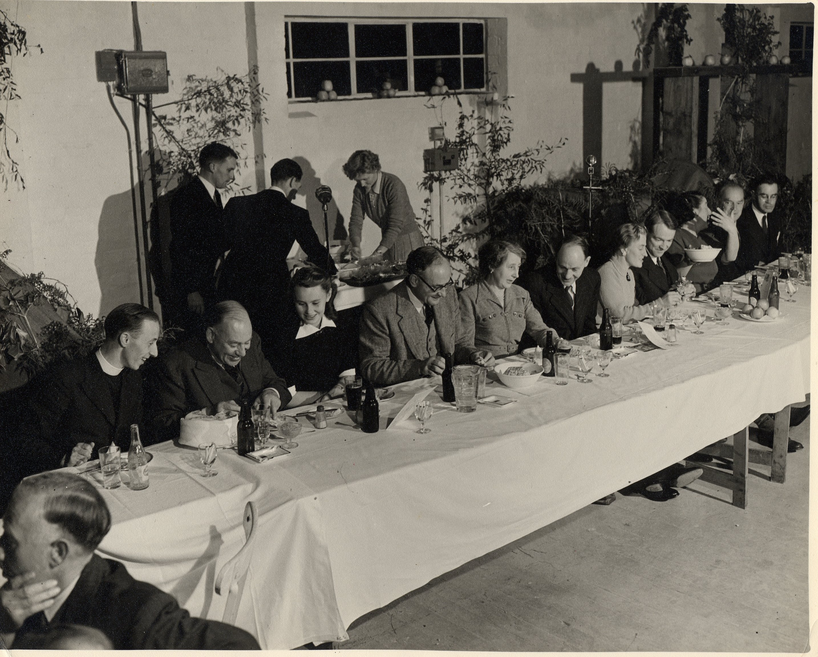 Harvest supper, possibly 1952, New House Oast, Bodiam. From http://www.bygonebodiam.co.uk